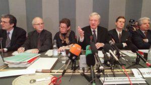 Komisja Bergiera ogłasza swój raport (pan Bergier trzeci z prawej).